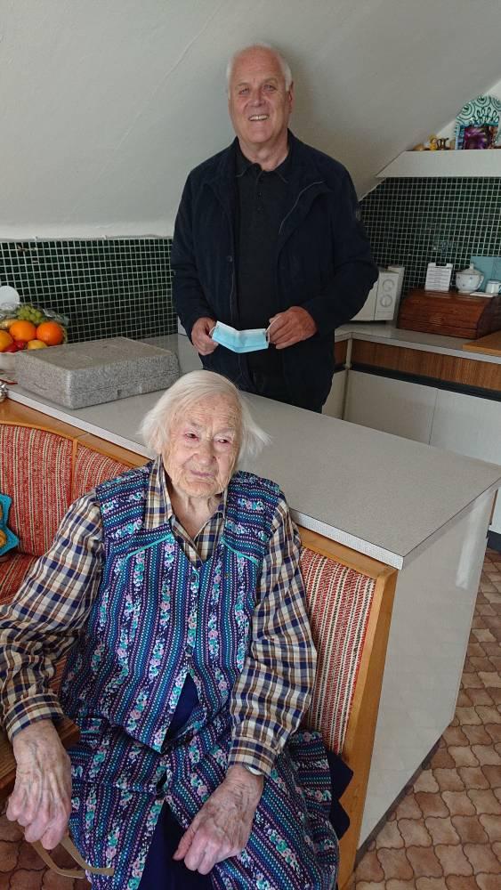 Unser ältestes Mitglied Maria Gschwandegger freut sich über die Aufmerksamkeit.